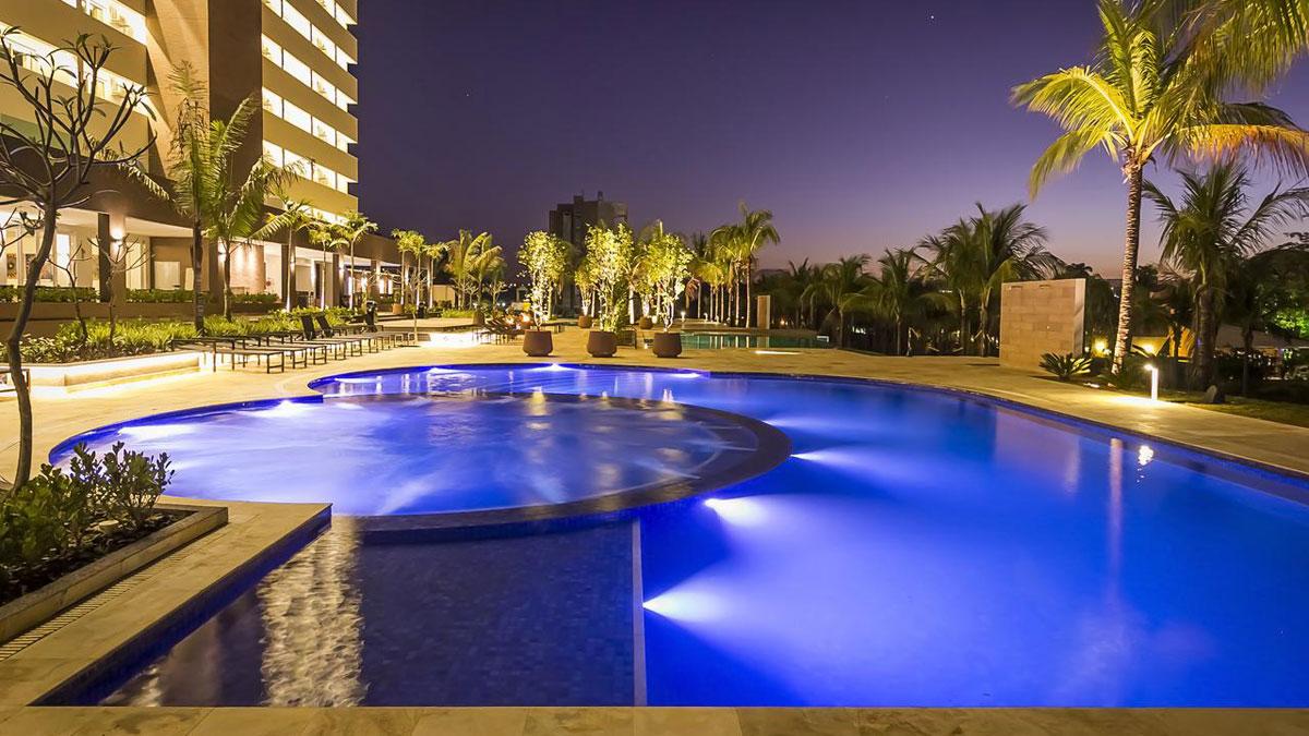 Piscina e hotel Celebration Resort em Olímpia a noite