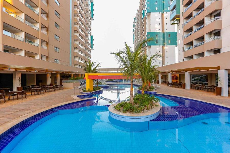 Piscina entre torres do hotel Enjoy Olímpia Park Resort