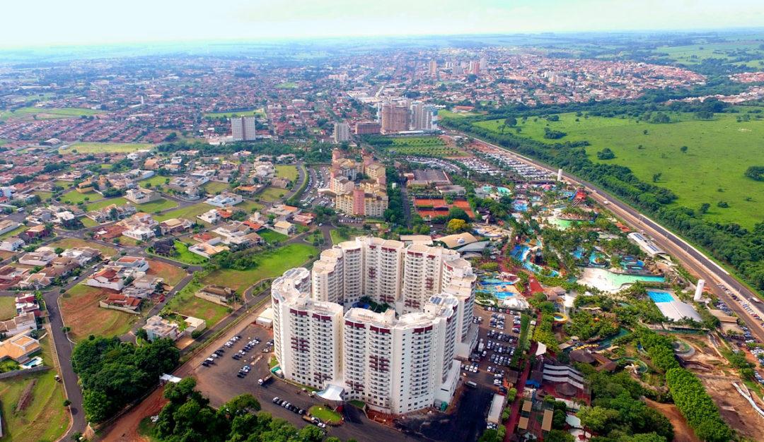 Vista aérea da cidade de Olímpia aparecendo o hotel Wyndham e as Thermas dos Laranjais